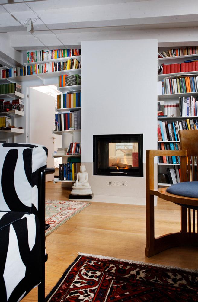 Habillage cheminée avec mur bibliothèque